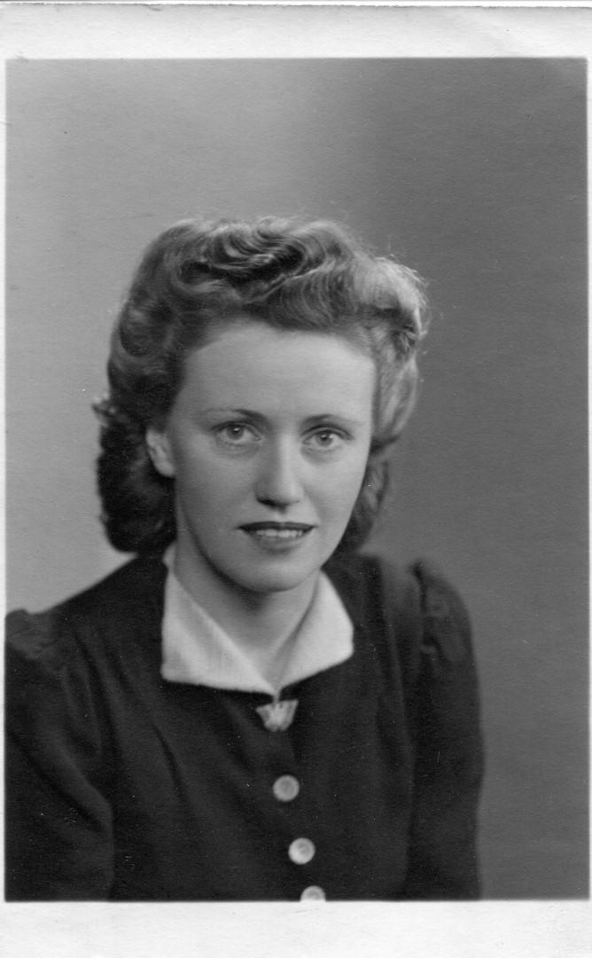 WW2 Telegraphist Dilys Price, 1945